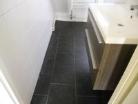 Nieuwe badkamer na overstroming en verzakking (Sneek)